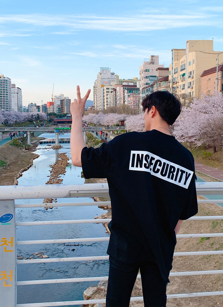 insecurityボックスロゴTシャツ